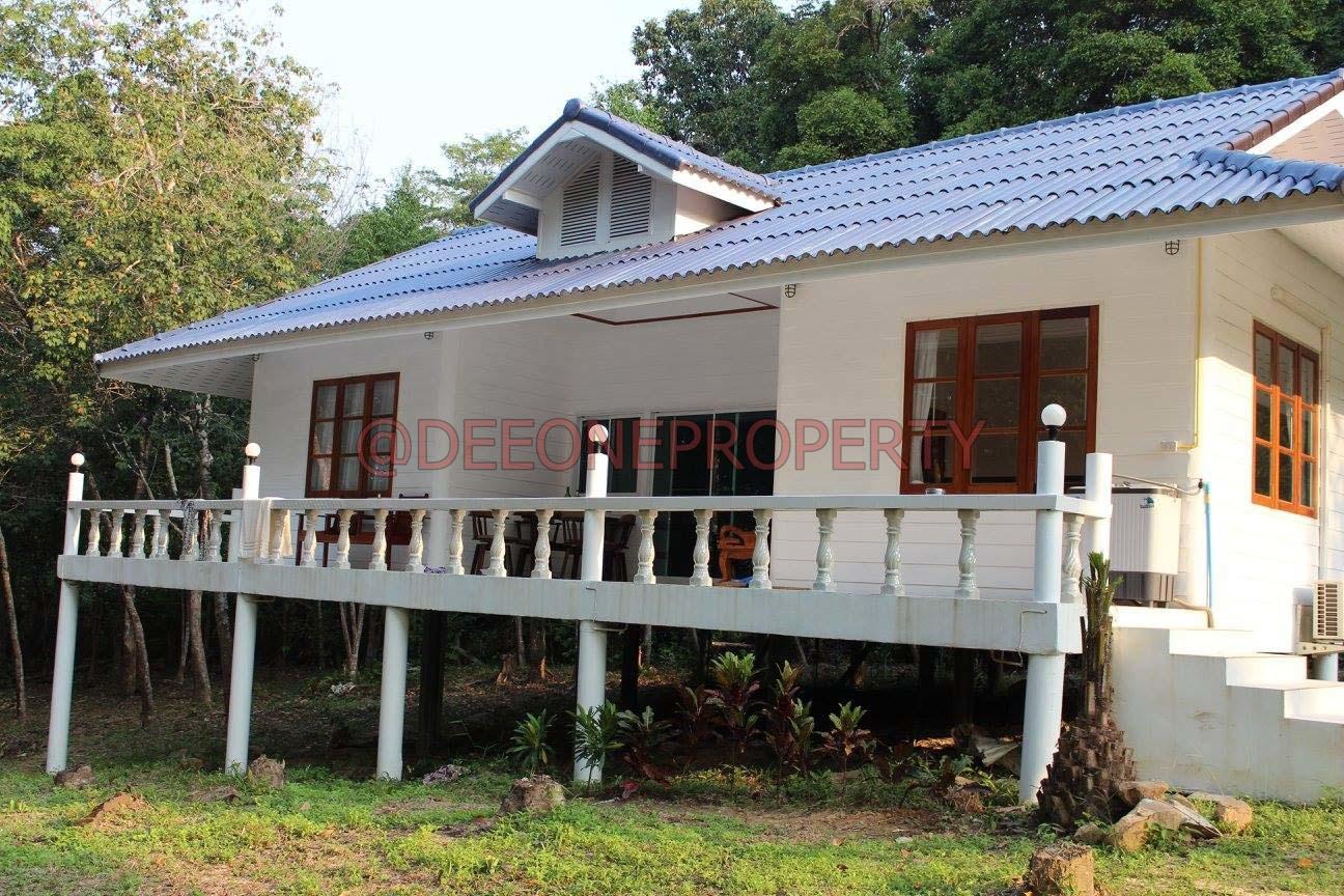 坐落于主要道路,3房屋连广大土地现正出售 – 库德岛 (Koh Kut)